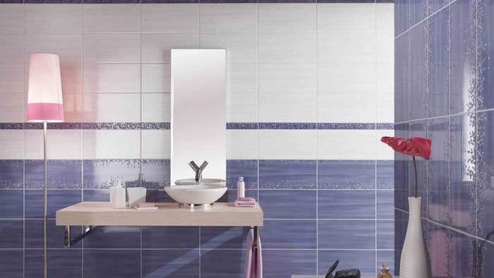вариант светлого декора укладки плитки в ванной комнате