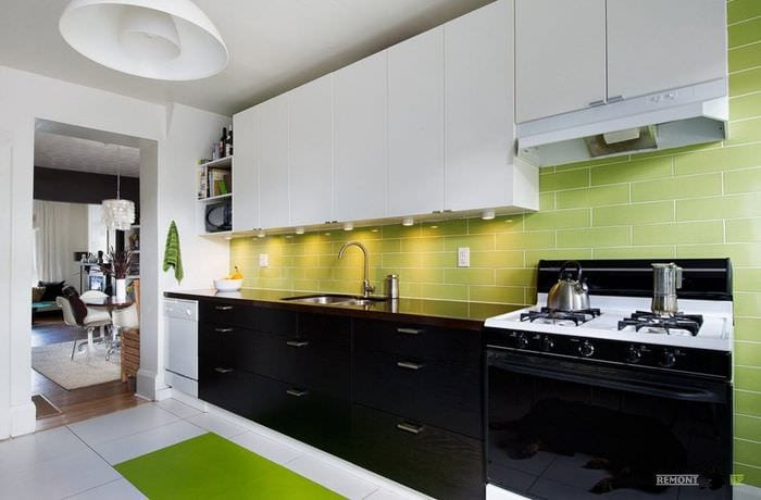 фартук и пол на кухне из плитки