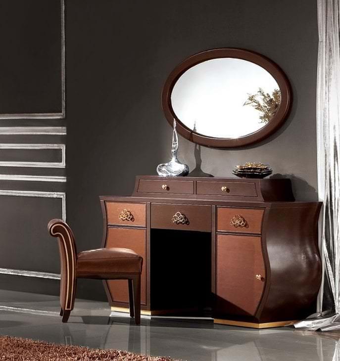 Итальянское трюмо с зеркалом в спальне