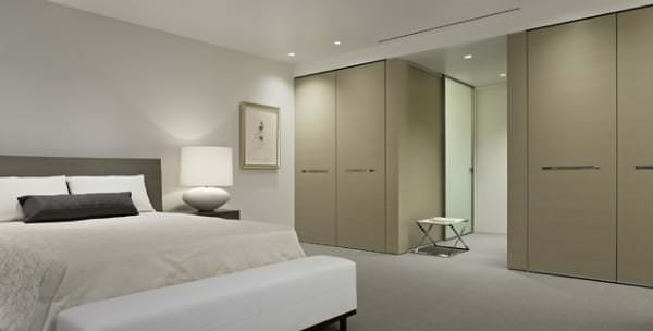 Simple-Interior-of-the-Contemporary-Bedroom-with-Wide-Bed-and-White-Bench-near-Fantastic-Master-Bedroom-Closet-Ideas