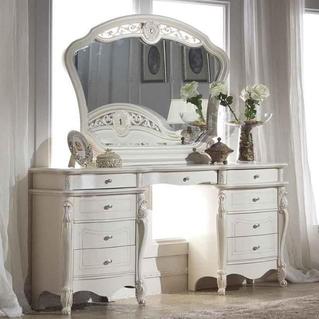 Стилистическое вливание белого трюмо с зеркалом в спальню