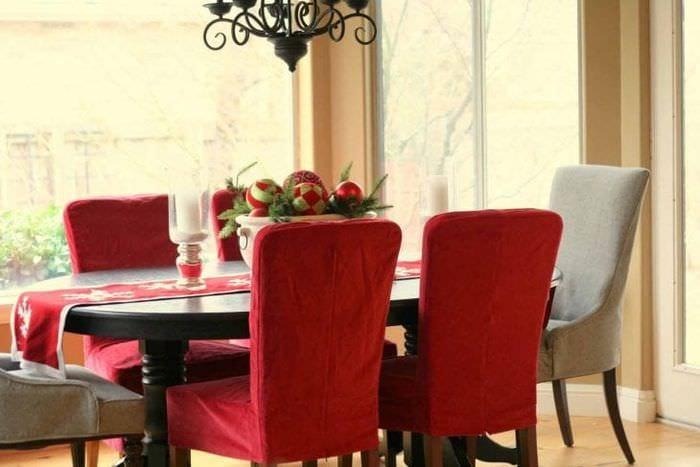 Чехлы двух цветов на стулья для кухни