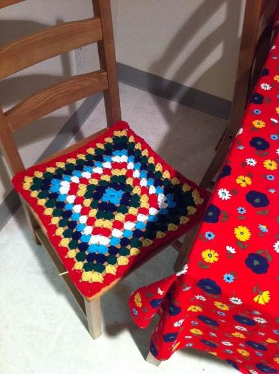 Чехол вязаный на стулья для кухни