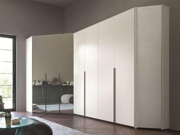 Угловые шкафы купе в гостиную: фото варианты.