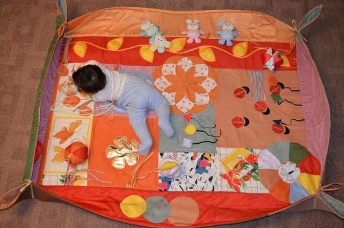 Изготовление развивающего коврика своими руками для детей от 0 до 3 лет с фото