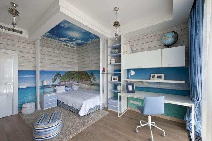 Детская комната в морском стиле со светлой мебелью для активного мальчика