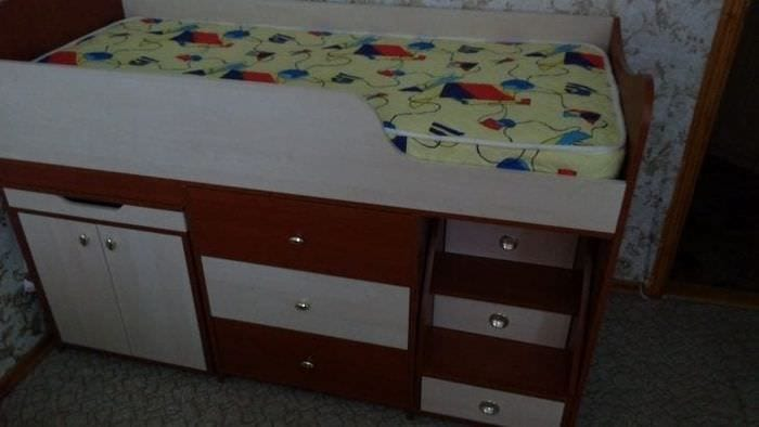 Детская массивная кровать с встроенным комодом