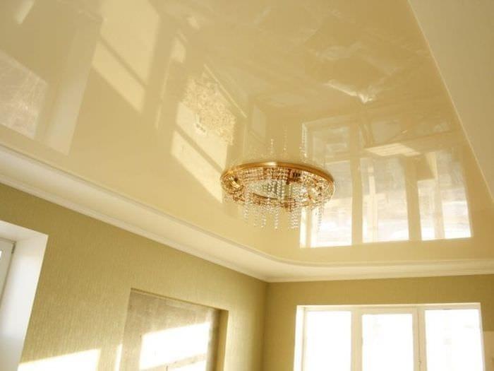 Дизайн глянцевого натяжного потолка для светлой и большой гостиной