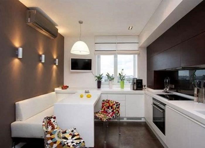 Фото дизайна современной кухни-гостиной с белой мебелью
