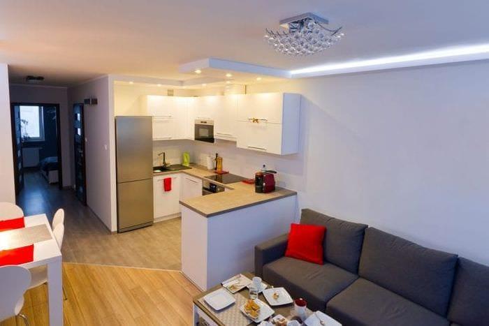 Фото необычного интерьера кухни-гостиной с яркими акцентами в декоре