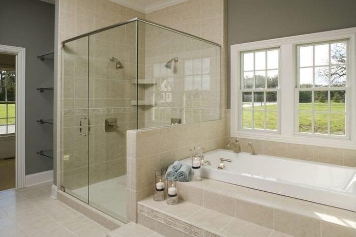 Душевая кабина и ванная в одном современном стиле