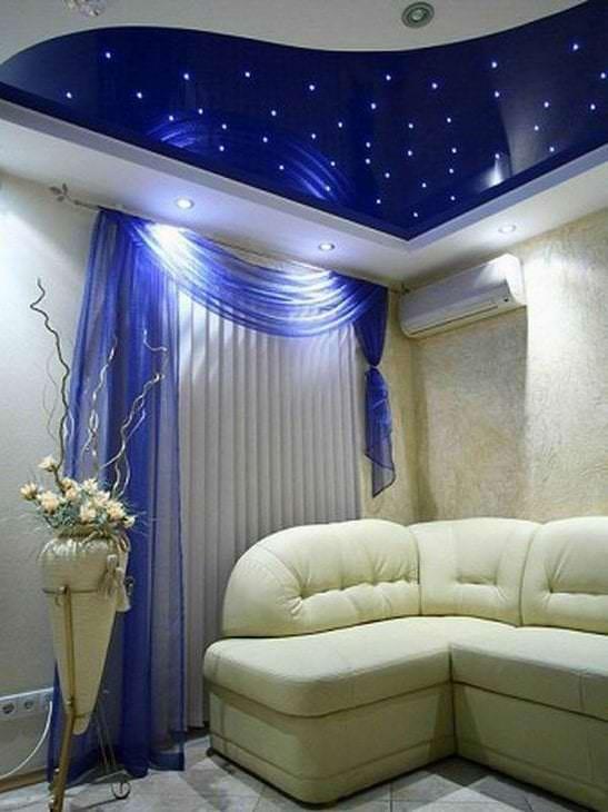 Фото натяжного современного потолка для гостиной