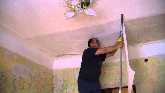 Поклейка обоев своими руками на потолок