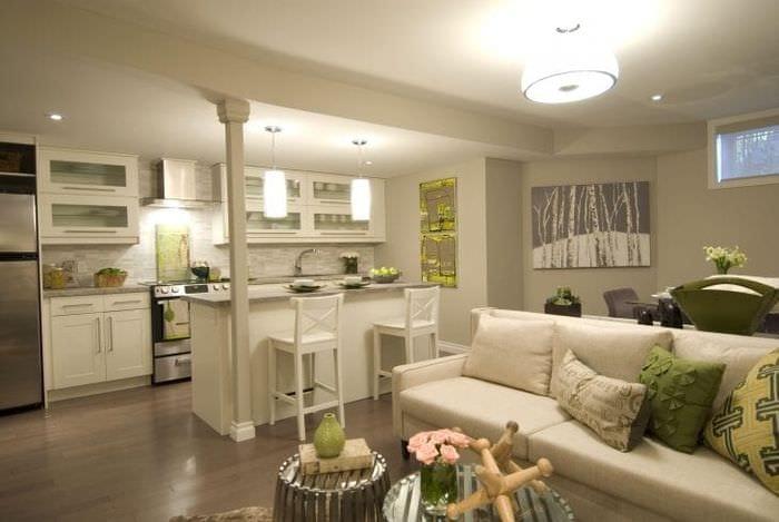 Интерьер стильной кухни-гостиной в постельных теплых тонах