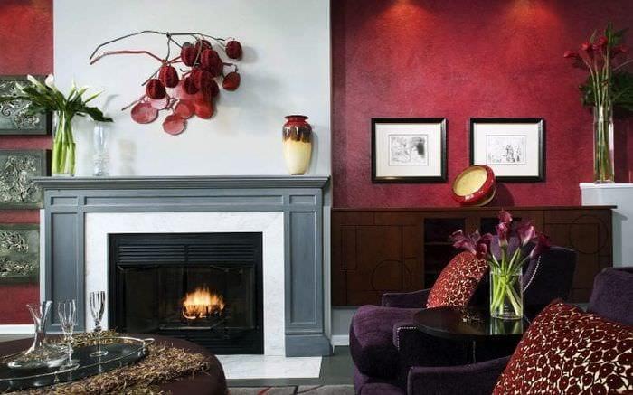 Камин для стильного интерьера гостиной с красными яркими стенами