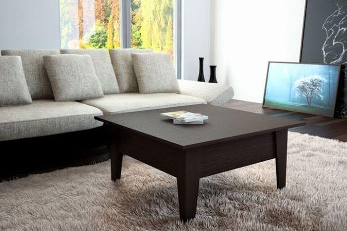 Сочетание светлого ковра с темным столом – трансформером в гостиной