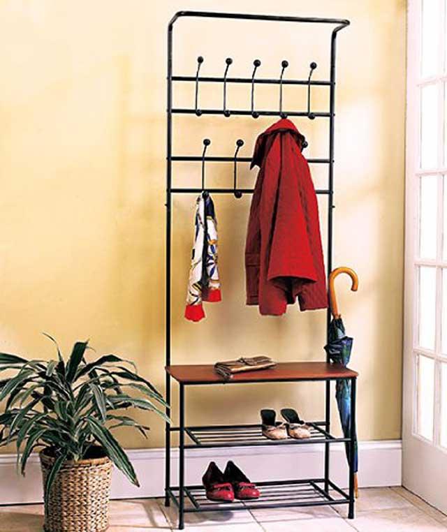 Металлический стеллаж может быть установлен под лестницей