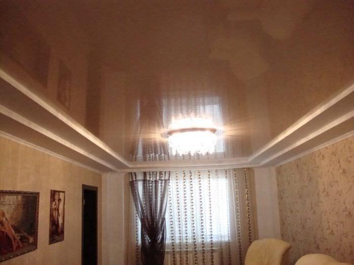 Минусы выбора натяжного потолка холодного темного оттенка для гостиной