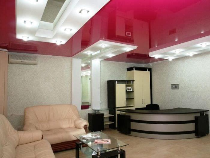Плюсы натяжного потолка красного цвета с белыми вставками для большой гостиной