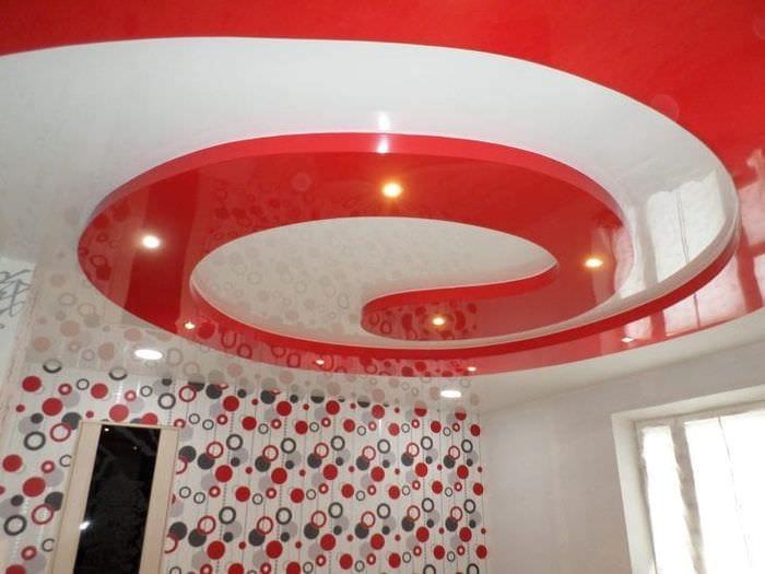 Натяжной потолок оригинальной формы  для небольшой гостиной