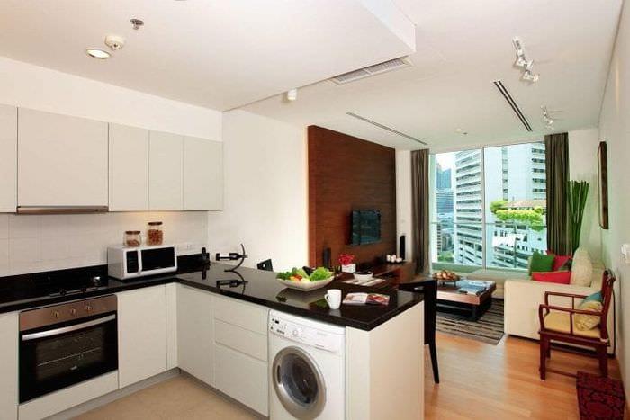 Небольшая светлая кухня-гостиная в стильном дизайне