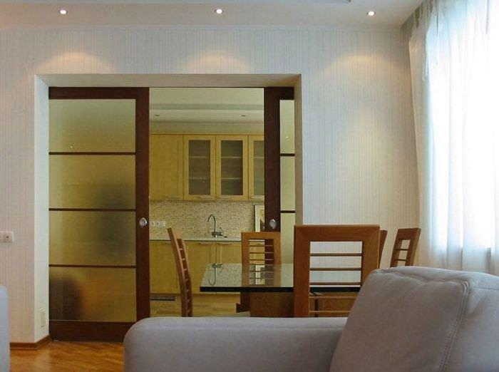 Раздвижная перегородка между гостиной и кухней в большой квартире