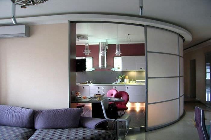 Раздвижная перегородка оригинальной формы  между кухней и гостиной