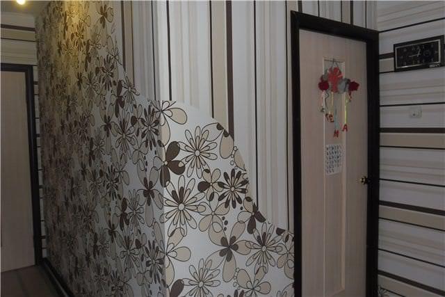 Обои с крупным цветочным рисунком для маленького функционального коридора