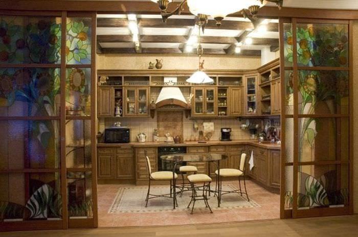 Оригинальный декор перегородки между кухней и гостиной в доме