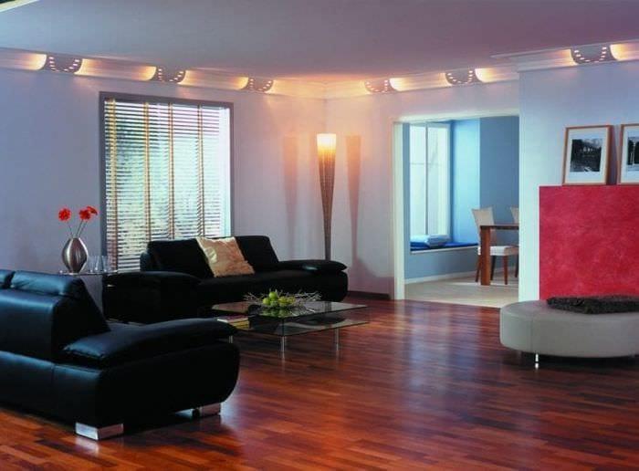 Интерьер гостиной с натяжными потолками и подвесной люстрой