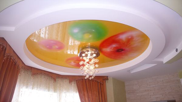 Плюсы натяжного потолка и точечной подсветки для большой гостиной