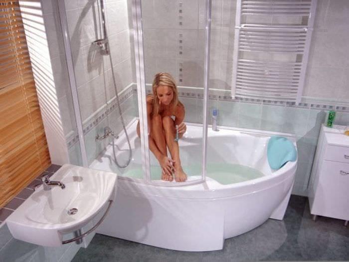 Угловая душевая кабина для маленькой ванной комнаты