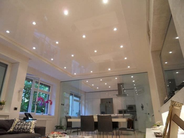 Достоинства и недостатки многоуровневого натяжного потолка в гостиной