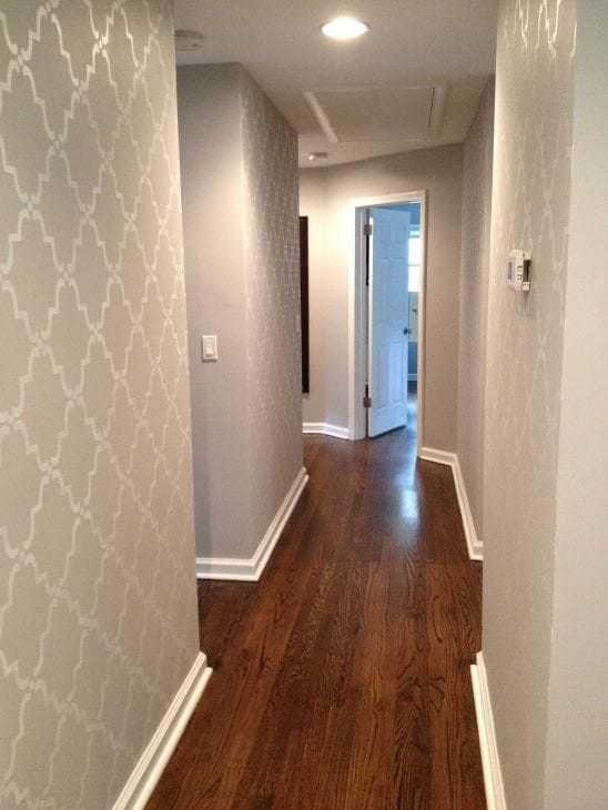 Роскошные обои белого цвета для коридора и прихожей