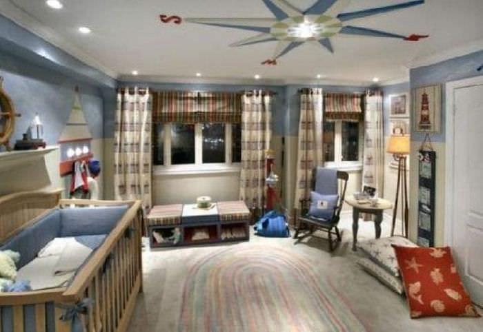 Светлая детская комната в классическом морском стиле для маленького мальчика