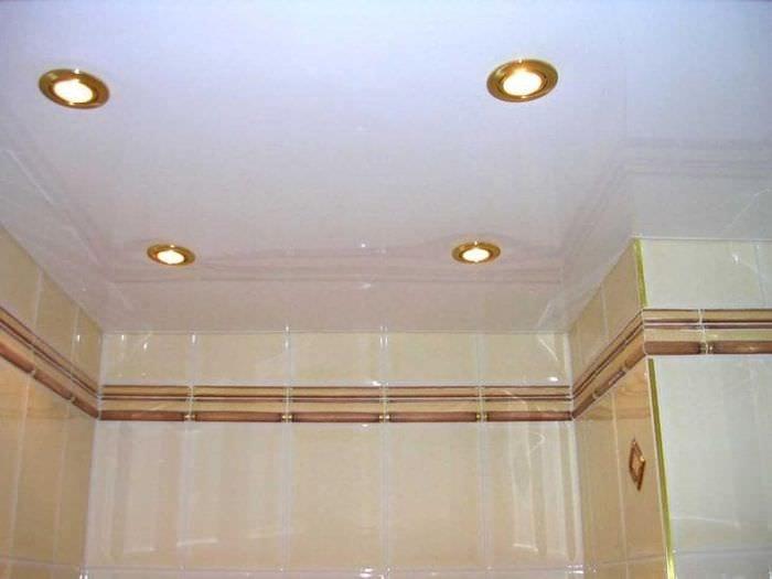 Какие светильники для натяжных потолков в ванну