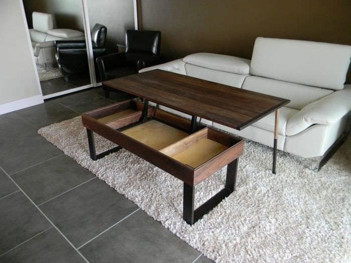 Стеклянный стол – трансформер в интерьере гостиной