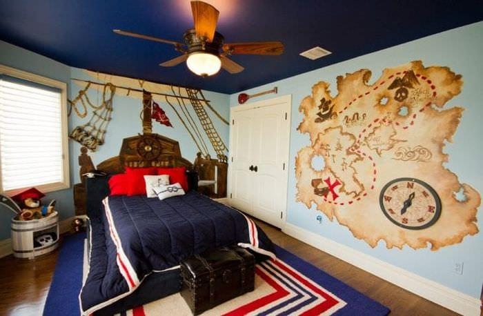 Небольшая уютная детская комната в морском стиле для маленького мальчика