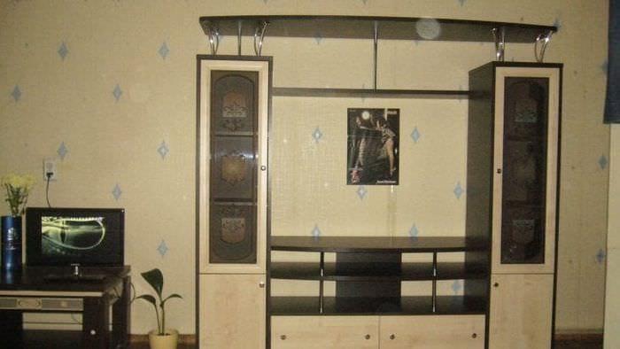 Витрина для посуды с непрозрачными оригинальными дверцами в просторной гостиной