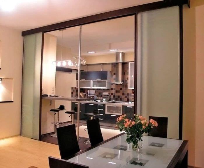 Практичная и стильная перегородка между кухней и гостиной