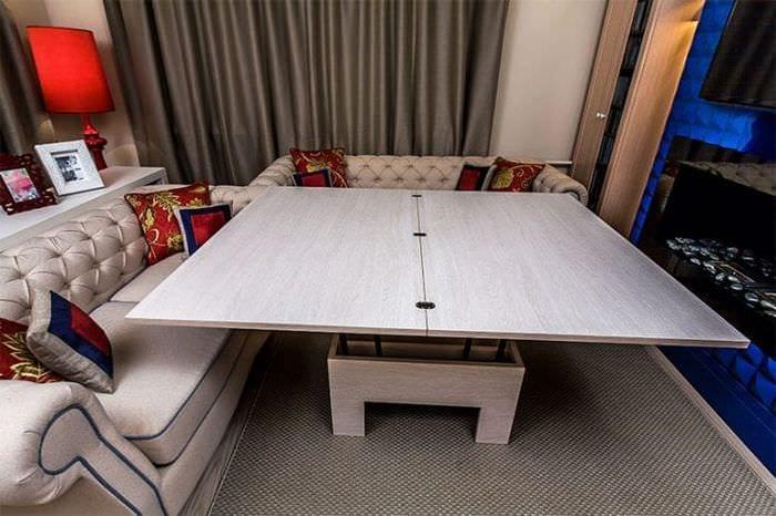 Уютная гостиная со столом – трансформером и мягким ковром