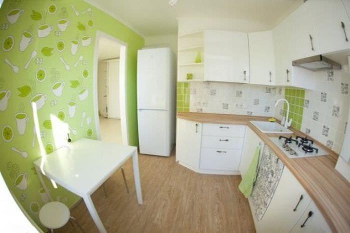 Зеленые стильные обои для маленькой кухни