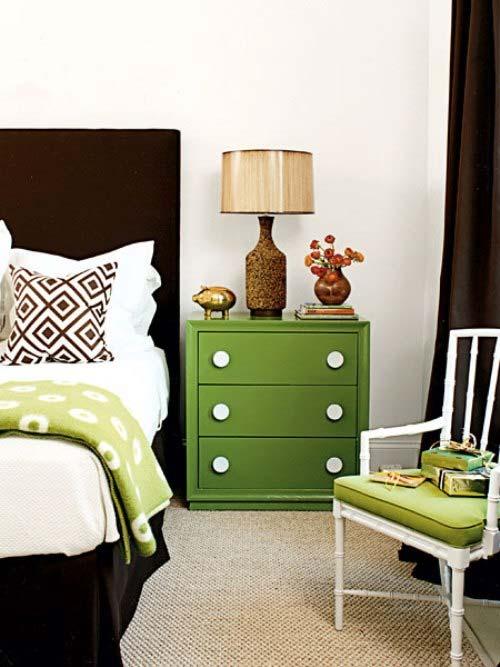 Предназначение прикроватного столика в спальне