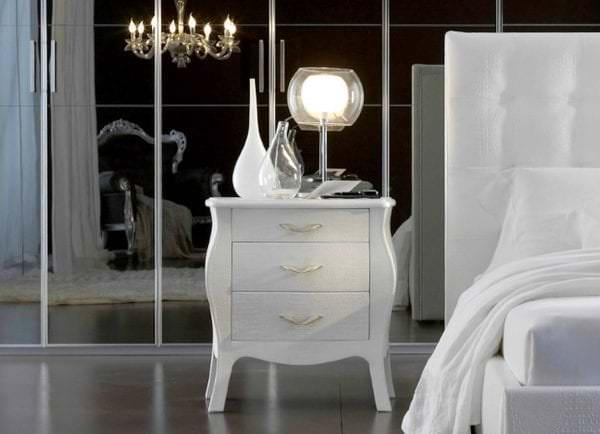 белый прикроватный столик