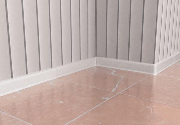 приклеянный плинтус в ванную