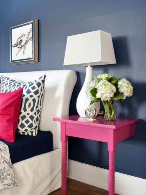 В спальне мало места: куда ставить прикроватный столик или чем его заменить?