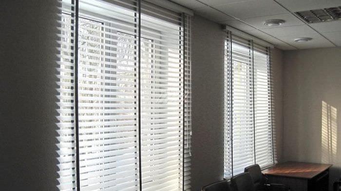 Жалюзи для просторного и большого офисного помещения