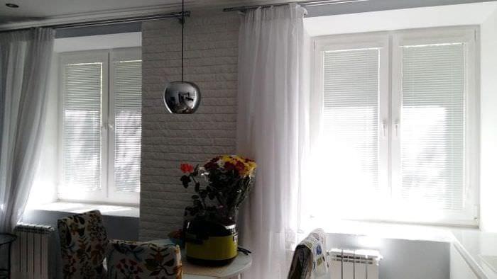Жалюзи из обоев для небольшого окна в кухне