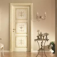 яркие двери в интерьере с оттенком темного картинка
