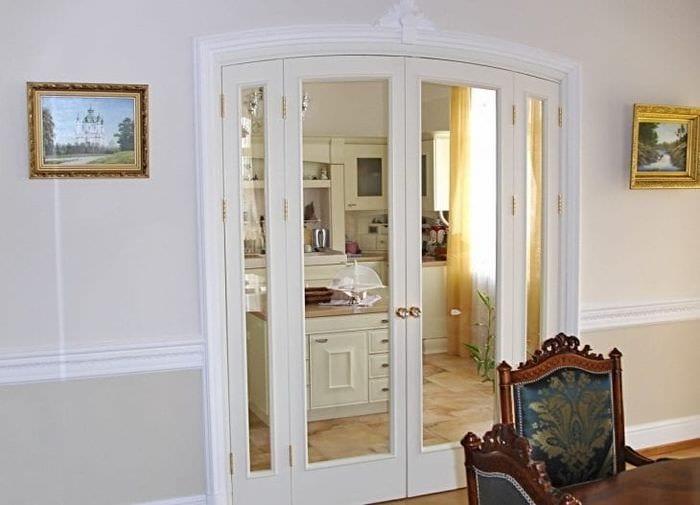 светлые двери в дизайне с оттенком коричневого